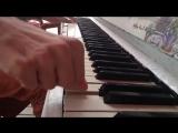 Парень круто играет на пианино Рок-н-ролл