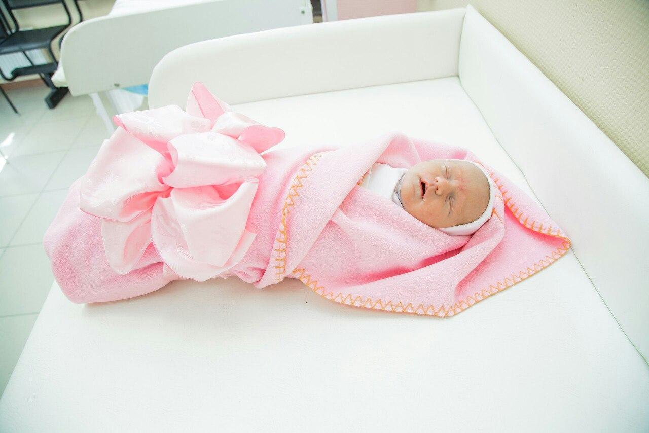 Выписка из роддома летом во что одеть ребенка фото