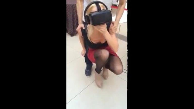 Стройная блондинка катается в очках виртуальной реальности.