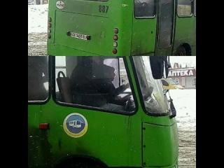 Видитель маршрутки № 107 курит при посадке пассажиров Гос номер АХ93В бортовой 887