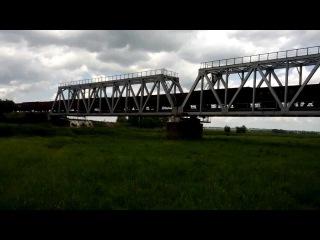 Грузовой поезд под тепловозом 2ТЭ116-1630 следует через мост р. Мокрая Сура близ станции Привольное