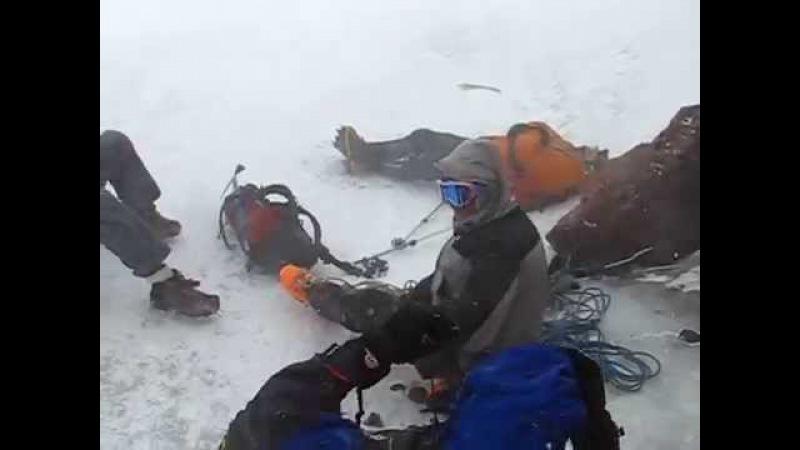 Восхождение на Эльбрус с Севера Экстренный спуск Отдых под скалами Ленца