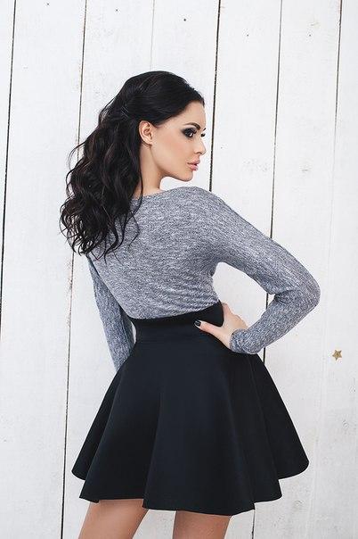 Привлекательная девушка в юбочке фото
