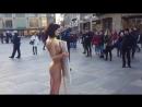 Голая девушка в Кельне устроила протест против насилия
