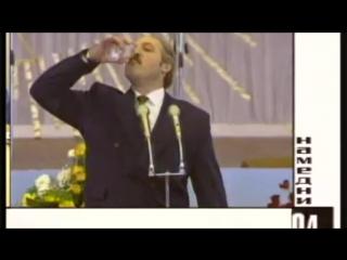 Лукашенко поднимает огромной бокал русской водки