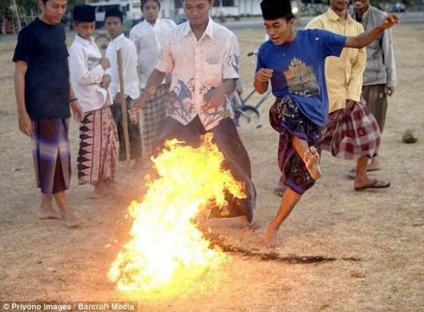 Футбол горящим кокосом