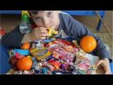 Наколядовал. Разбираем конфеты и подарки после рождественских колядок.