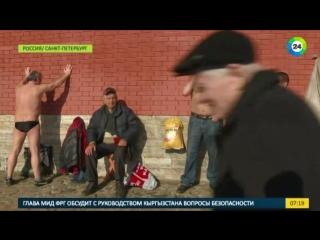 Петербуржцы открыли пляжный сезон у стен Петропавловки