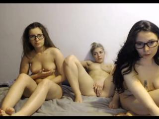 Три молоденькие телочки дрочат перед камерой