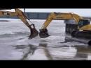Переправа через реку по-русски - при помощи двух экскаваторов