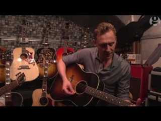 Tom Hiddleston sings Hank Williams in a London guitar shop – video interview