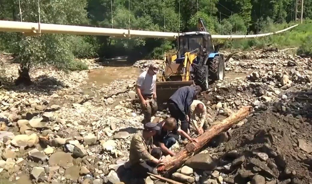 В Зеленчукском районе из-за проливных дождей снесло мост
