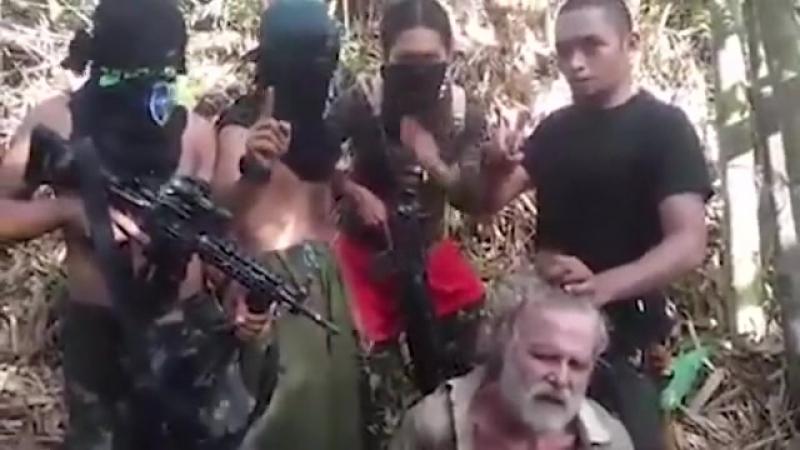 Боевики ИГИЛ засняли на видео чудовищную казнь канадского заложника
