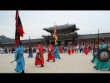 The changing of the guard in Gyeongbokgung Palace.  Сеул. Дворец Кенбоккун. октябрь 2015