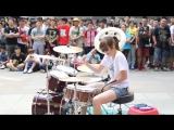 Крутая девушка играет на барабанах