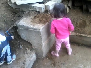 Игра Ильдара и Ралиночки с песком в Мамадыше 2015.04.30!!!