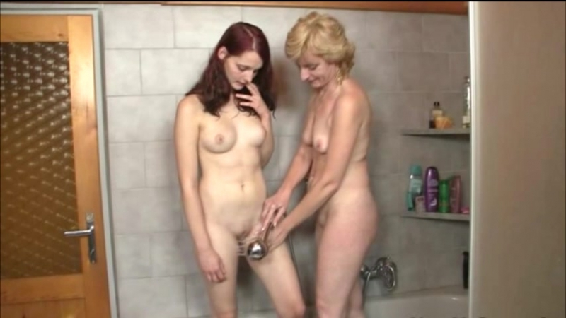 18 летняя внучка дрочит дедушкин хуй в ванной на ...