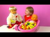 Видео для детей Купаем куклу пупсика Ненуко в ванной из конфет а говорящая кукла рассказывает сказки