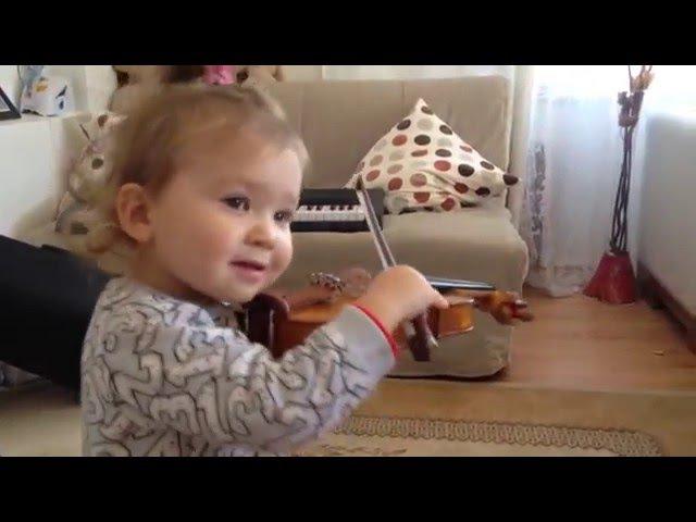 Маленький ребенок играет на скрипке Kucuk kiz kemani caliyor