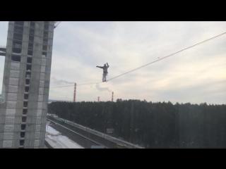 Канатоходец в Екатеринбурге разминается перед выступлением 14 февраля