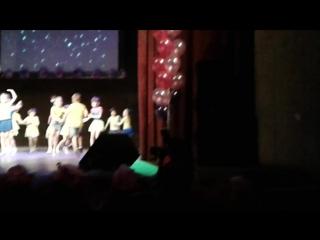 У доченьки отчетный концерт по танцам