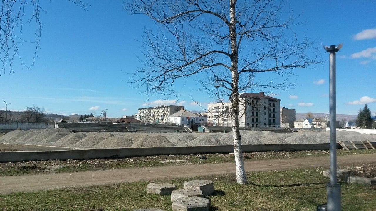 Спортсмены станицы Зеленчукской в мае смогут опробовать обновленный газон стадиона