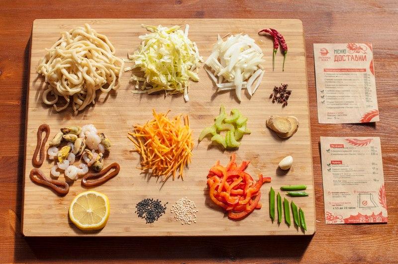 """Лапша с морепродуктами """"Том ям"""" (""""китайская подделка под тайскую еду""""). Состав: морепродукты (мидии, креветки и кальмары), овощи: лук, морковь, лапша с островатым сычуаньским соусом, с добавлением Том ям пасты, а также белого и чёрного кунжута."""