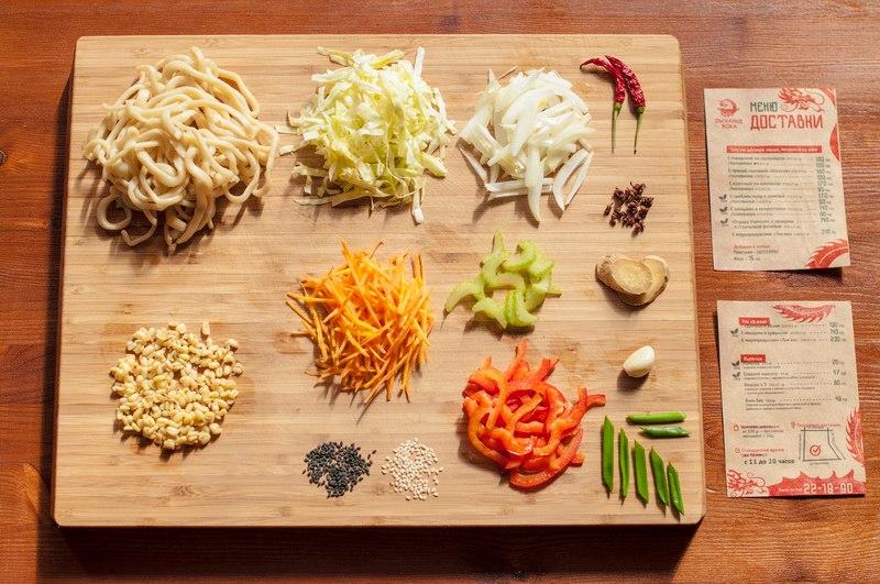 Лапша с овощами и проростками. Состав: овощи: лук, морковь, капуста, перец болгарский, сельдерей, проростки бобов мунг, кисло-сладкий соус. Подходит вегетарианцам.