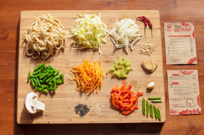 """Лапша """"Отрада учителя"""". Состав: стручковая фасоль, шампиньоны, лук, морковь, болгарский перец, проростки бобов мунг. Лапша с островатым сычуаньским соусом. Подходит вегетарианцам."""