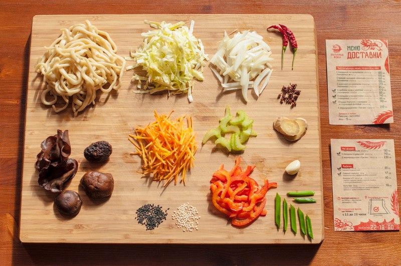 Лапша с грибами муэр и шиитаке. Муэры - древесные грибы, шиитаке - вторые (!) популярности в мире среди культивируемых грибов. Также в составе овощи (лук, морковь, капуста, болгарский перец). Эта лапша также подходит вегетарианцам.