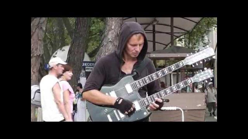 Крутой чувак с двугрифовой гитарой. Геленджик 2016.