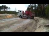 Мастерский разворот грузовика на узкой дороге