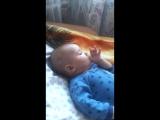 Даниил в первый раз сосёт пальчик)))