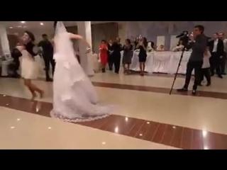 Посмотрите как девчонка джигитов сделала! Лезгинка!!!