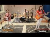На момент записи видео гитаристке было 14 лет, бас-гитаристке 9 лет, а барабанщице 12! Девочки определенно растут с верным вкусо