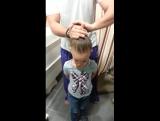Когда папа делает дочке прическу