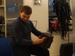 Владимир Бутусов играет на Саратовской гармонике.