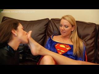 Три подружки в костюмах супергероев лижут друг другу ножки