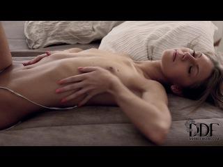 Разговаривает парнем видео красивая эротика девушек российских