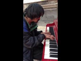 Бездомный из Эдмонтона играет на пианино мелодию, которую сам сочинил