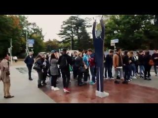 Арт-акция в Европе: Миротворец Путин защищает мир от войны