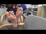 25-летняя девушка менеджер показывает свои ступни в магазине любопытному покупателю