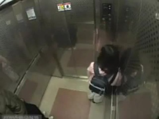 Девочка избила педофила в лифте (скрытая камера).