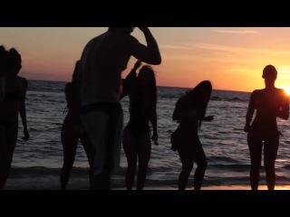 Vin Diesel baila con las chicas en la playa. Kygo feat. Conrad -