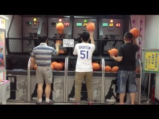супер баскетболист.вот мужик дает.класс!обыграл всех не напрягаясь.