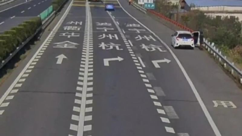 Çində maqistral yolda yük avtomobilin təkəri yerindən çıxaraq qadına dəydi