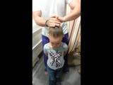 Папа делает прическу дочери!