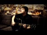 парень круто поет и играет на гитаре,классный голос,шикарный голос,красивый голос