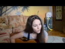 Красивая девушка очень круто поет и играет на гитаре