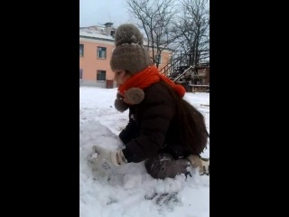 Алиса лепит снеговика